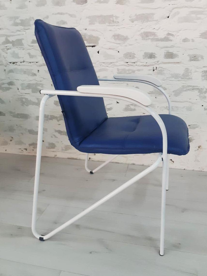 Стул-кресло Самба, белый каркас, белые подлокотники, синий кожзам